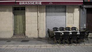 Une brasserie fermée à cause des restrictions dûes au Covid-19. (NICOLAS TUCAT / AFP)