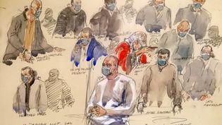 Un croquis de la salle d'audience réalisé le 14 décembre 2020 montre Ali Riza Polat (au centre), qui aurait été le bras droit d'Amedy Coulibaly, s'exprimant devant d'autres accusés au palais de justice de Paris. (BENOIT PEYRUCQ / AFP)