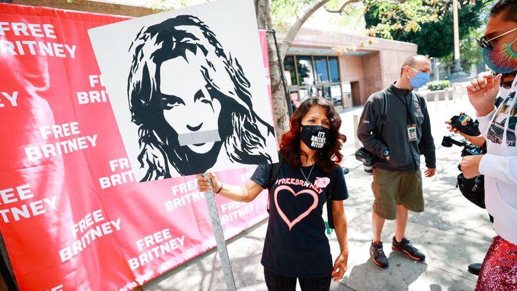 Des activistes du mouvement #FreeBritney protestent devant le tribunal de Los Angeles,pendant une audience concernant la tutelle dela chanteuse Britney Spears, le 27 avril 2021. (MATT WINKELMEYER / GETTY IMAGES)