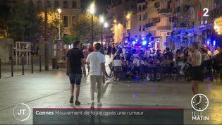 Des passants après le mouvement de foule à Cannes. (France 2)