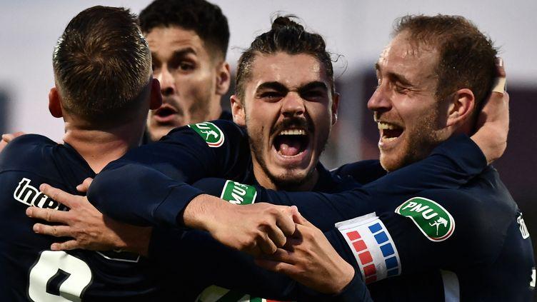 Les joueurs de Rumilly Vallières célèbrent leur premier but lors du match de quarts de finale de la Coupe de France face à Toulouse, le 20 avril 2021, au Parc des Sports, à Annecy. (JEFF PACHOUD / AFP)