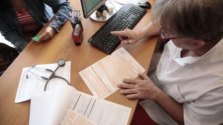 Illustration d'une visite médicale chez un médecin généraliste, à Chambéry (Savoie), en août 2014. (MAXPPP)