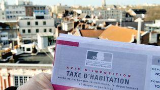 Un habitant de Lille montreson avis d'imposition en février 2014. (PHILIPPE HUGUEN / AFP)