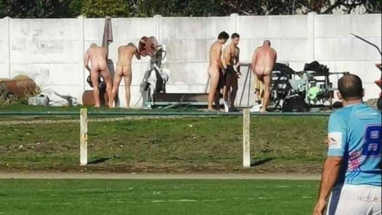 Faute de vestiaires accessibles en raison du coronavirus, des rugbymen ont pris leur douche à côté du terrain.