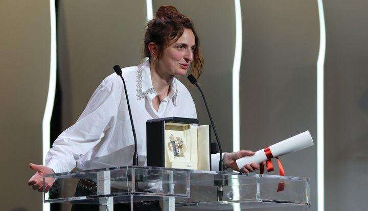 """La réalisatrice italienne Alice Rohrwacher, déjà primée en 2014 pour """"Les Merveilles"""", est repartie avec le Prix du scénario pour sa fable écologique et christique """"Lazarro Felice"""" (""""Heureux comme Lazzaro"""").  (Valery HACHE / AFP)"""