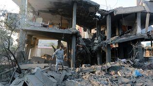 Des Palestiniens inspectent les décombres d'un building visé par une frappe d'Israël, le 13 novembre 2018, à Gaza. (ANADOLU AGENCY / AFP)