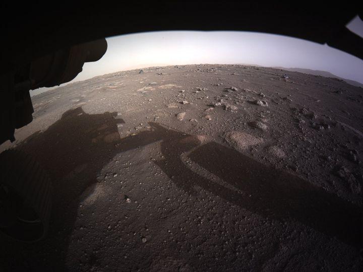 Le rover de la Nasa, Perseverance, lors de son atterrissage sur Mars, le 18 février 2021 à 20h55. (HANDOUT / NASA/ JPL-CALTECH / AFP)