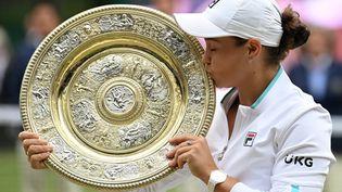 Ashleigh Barty avec le trophée de Wimbledon 2021, le 10 juillet sur le Centre Court. (GLYN KIRK / AFP)