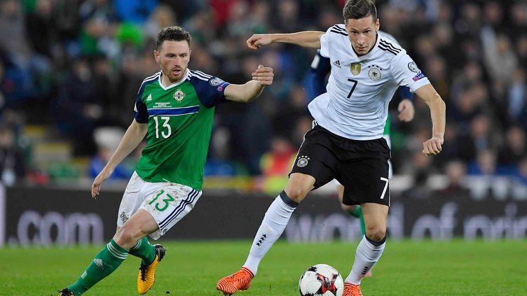 Corry Evans au duel avec Julian Draxler lors de Irlande-du-Nord - Allemagne (MARVIN IBO G?NG?R / GES-SPORTFOTO)