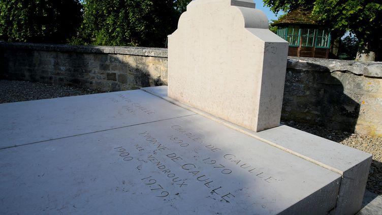 La tombe du général de Gaulle, amputée de sa croix, le 28 mai 2017 à Colombey-les-Deux-Églises. (FRANCOIS NASCIMBENI / AFP)
