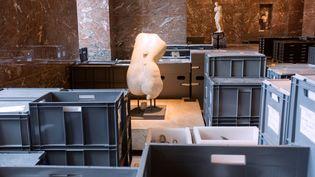 Des boîtes contenant des pièces du Louvre mises en réserve, en 2016. (GEOFFROY VAN DER HASSELT / AFP)