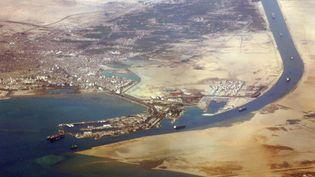Une photo aérienne del'entrée sud du canal de Suez, en Égypte,datant du 31 décembre 2007. (JACK GUEZ / AFP)