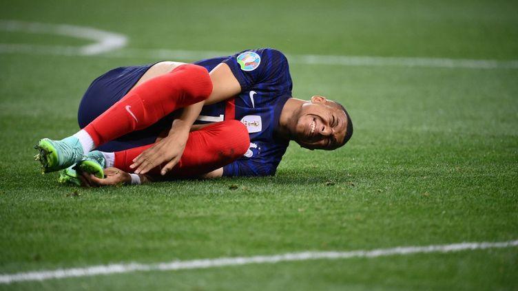 Kylian Mbappé à terre, lors du huitième de finale face à la Suisse, le 28 juin 2021. (FRANCK FIFE / AFP)