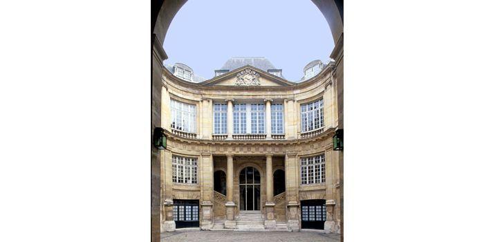 Hôtel Lambert : Façade sur cour, 2 rue Saint-Louis-en-l'Ile, Paris  (Gilles Targat)
