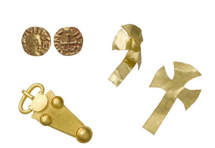 Une boucle de ceinture, des pièces et des croix en or, retrouvés dans le tombe princière de Prittlewell. (MOLA)
