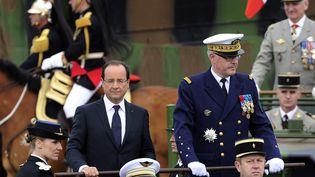 François Hollande descend les Champs-Elysées en compagnie de l'amiralEdouard Guillaud, chef d'état-major des armées, lors du défilé du 14 juillet 2012. (MAXPPP)
