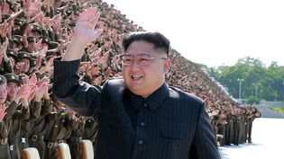 Photo publiée le 2 septembre 2017 par l'agence officielle nord-coréenne montrant Kim Jong-Un participant à une séance photo à Pyongyang (Corée du Nord). (KCNA VIA KNS / AFP)