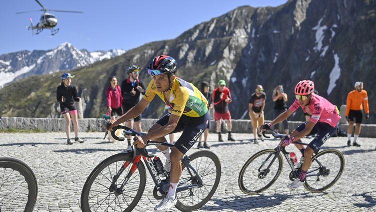 RIchard Carapaz (Ineos Grenadiers) durant la 8e étape du Tour de Suisse et la montéeduSaint-Gothard, devant Rigoberto Uran, son dauphin, le 13 juin 2021 (GIAN EHRENZELLER/EPA/NEWSCOM/MAXPPP)