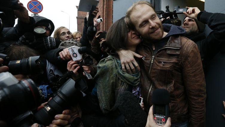 Denis Sinyakov, photographe, embrasse sa femme à la sortie de la prison de Saint-Pétersbourg (novembre), le 21 novembre2013. (ALEXANDER DEMIANCHUK / REUTERS )