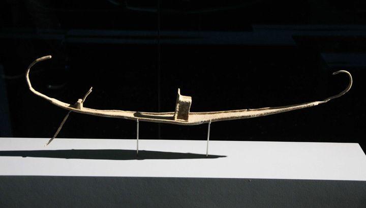 """Petite barque processionnelle votive en plomb trouvée au fond de l'eauprès du temple d'Amon, à Thônis-Héracléion. Ici à l'Institut du monde arabe dans le cadre de l'exposition """"Osiris, mystères engloutis d'Egypte""""  (Giniès / SIPA)"""