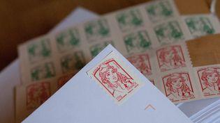 Outre les timbres courants, les prix augmenteront de 3% en moyenne pour les autres catégories, en janvier 2014. ( MAXPPP)