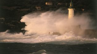La mer frappe un phare à Propriano, en Corse, le 7 mars 2009. (FRANCK SEBILLE / PHOTONONSTOP)