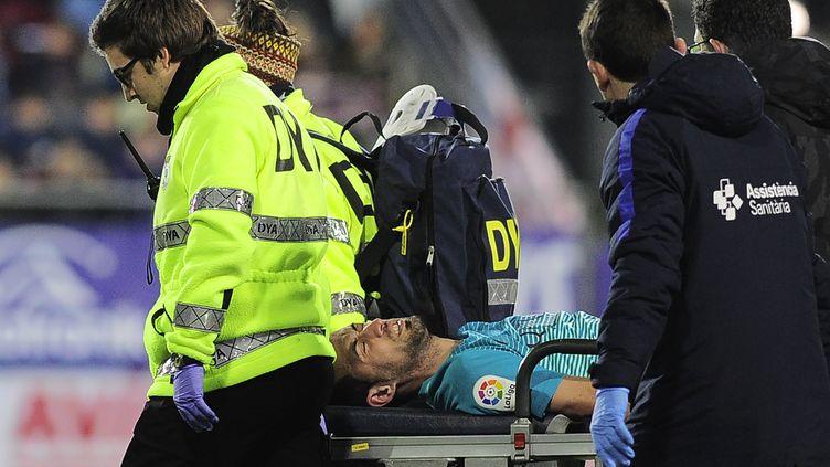 Sergio Busquets est sorti sur civière (ANDER GILLENEA / AFP)