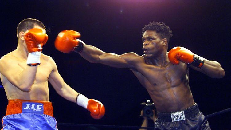 Jean-Baptiste Mendy (D), champion du monde en titre des légers (WBC), décoche un direct du droit au visage du Russe Andrei Pestraiev, le 10 octobre 1998 au Palais Omnisports de Paris-Bercy. (PASCAL GUYOT / AFP)