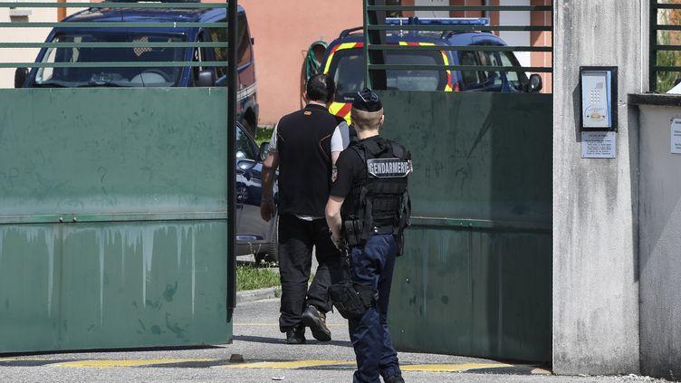 Un homme arrive à la gendarmerie pour être entendu dans le cadre de l'enquête sur la disparition deMaëlys, à Pont-de-Beauvoisin (Isère), le 29 août 2017. (PHILIPPE DESMAZES / AFP)