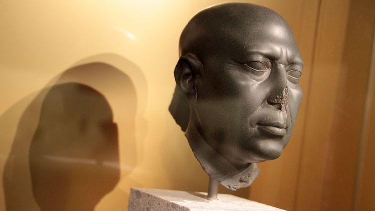 """Pour la première fois, la célèbre """"tête verte"""" a été prêtée par le musée égyptien de Berlin (Allemagne). Où l'on découvre avec quelle précision les Egyptiens ont réussis à représenter le temps qui passe sur le visage d'un homme. (ELODIE DROUARD / FTVI)"""