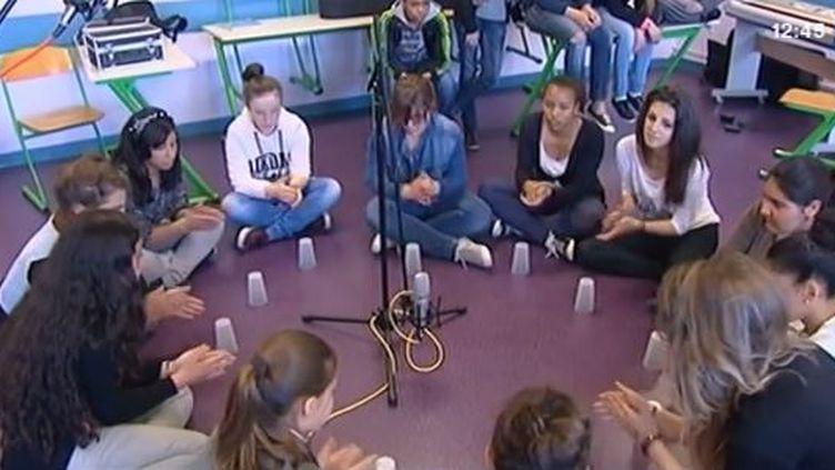 """""""Cup song"""" en cours de musique au collège deRomorantin (Loir-et-Cher). - avril 2014 ( FRANCE 3 / FRANCETV INFO)"""