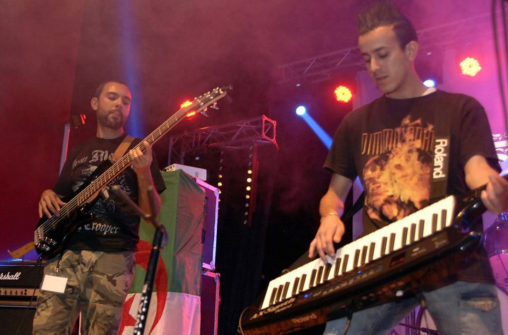 """Le groupe Traxxx, originaire de Tizi Ouzou, en concert au festival """"Fest 213"""" le 7 novembre 2015.  (AFP)"""