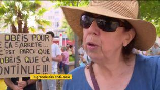 Une manifestante contrela restriction des libertés pour lutter contre la pandémie de Covid-19 (FRANCEINFO)