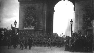Le défilé des fusiliers marins sous l'Arc de Triomphe. (Gallica/Agence Meurisse)