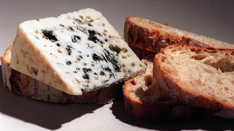 Le roquefort, fromage traditionnel fabriqué avec du lait de brebis de l'Aveyron. (JEAN-PIERRE MULLER / AFP)