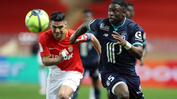 Radamel Falcao et Adama Soumaoro au duel (VALERY HACHE / AFP)