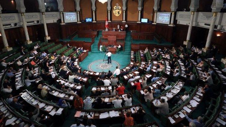 Les députés tunisiens lors de la session de l'Assemblée des représentants du peuple (Parlement) pour le vote de confiance à Hisham al-Furati nommé ministre de l'intérieur, le 28 juillet 2018. (Yassine Gaidi/AGENCE ANADOLU/AFP)