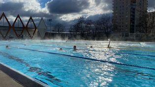 Une eau à 26°C malgré une température extérieure de 5°C, en pleine crise sanitaire, la piscine de laSource, à Orléans fait le plein. (BORIS LOUMAGNE / RADIO FRANCE)