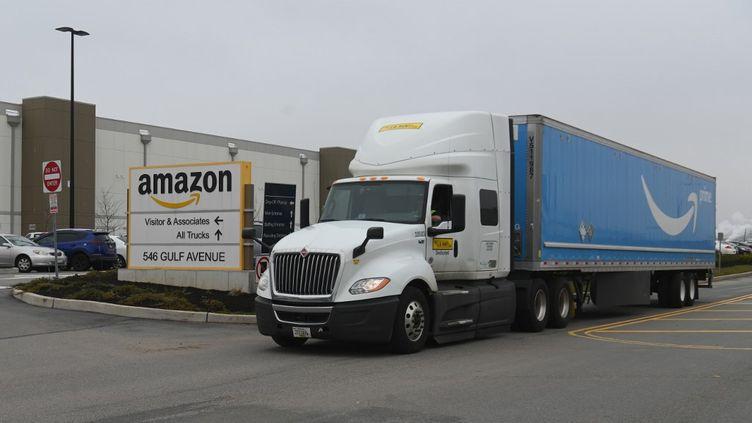Un camion d'Amazon, à New-York, le 30 mars 2020. (ANGELA WEISS / AFP)