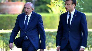 Le ministre de l'Intérieur Gérard Collomb et le président Emmanuel Macron dans les jardins de l'ambassade de France au Vatical, le 1er octobre 2018. (ALBERTO PIZZOLI / AFP)