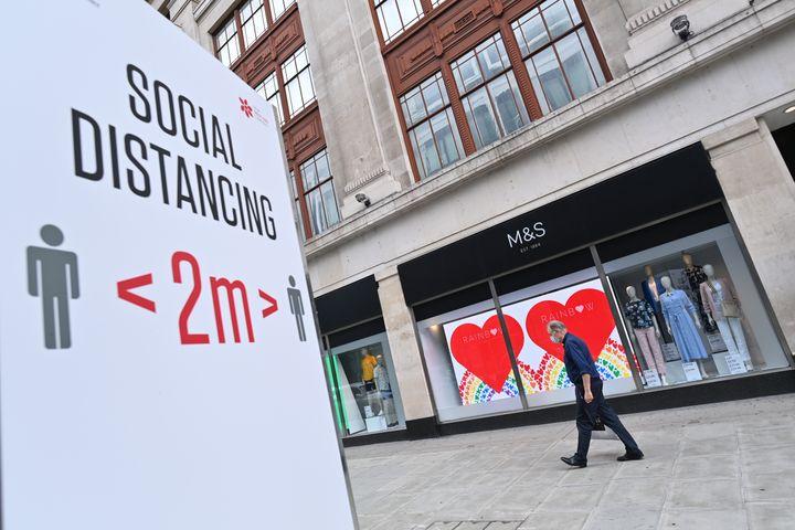 Une affiche rappelle les mesures de distanciation sociale en vigueur à Londres, le 18 août 2020. (JUSTIN TALLIS / AFP)