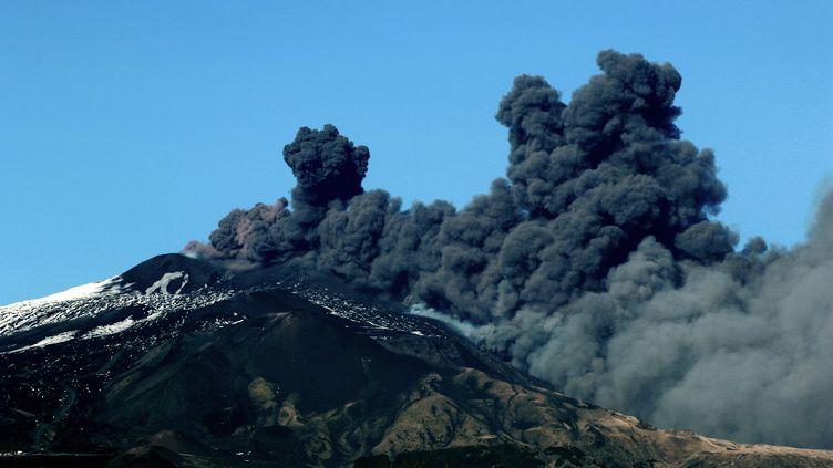 Le volcan italien Etna est entré en éruption, le 24 décembre. (GIOVANNI ISOLINO / AFP)