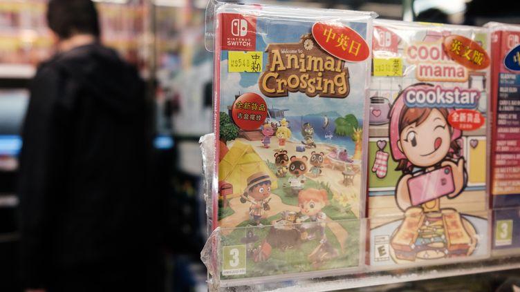 """Un exemplaire du jeu vidéo """"Animal Crossing : New Horizons"""" dans une boutique de Hong Kong le 10 avril 2020 (ANTHONY WALLACE / AFP)"""