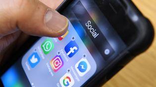 Des applications de réseaux sociaux sur un smartphone (illustration). (KIRILL KUDRYAVTSEV / AFP)
