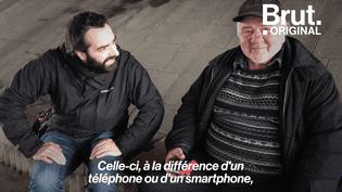 Distribuer des radios aux sans-abri, ça leur permet « de rompre avec l'isolement » (BRUT)