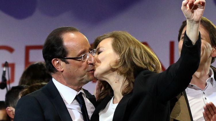 Valérie Trierweiler embrasse son compagnon François Hollande, élu président de la République, le 7 mai 2012 place de la Bastille à Paris. (THOMAS COEX / AFP)