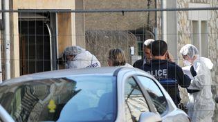 La police devant le garage de Jean Germain à Tours, le 7 avril 2015. (GUILLAUME SOUVANT / AFP)
