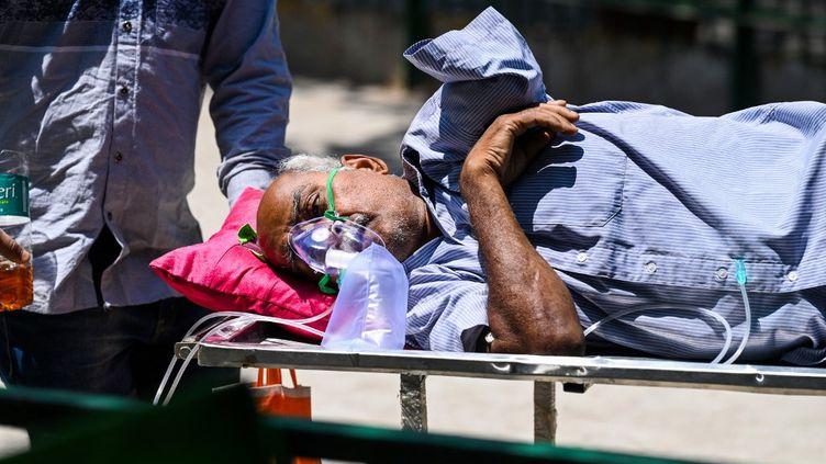 Un patient porteur du Covid-19 à l'hôpital de New Dehli en Inde, le 24 avril 2021. (SAJJAD HUSSAIN / AFP)