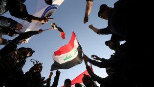 Des policiers irakiens célèbrent la libération de Mossoul, le 9 juillet 2017. (ALAA AL-MARJANI / REUTERS)