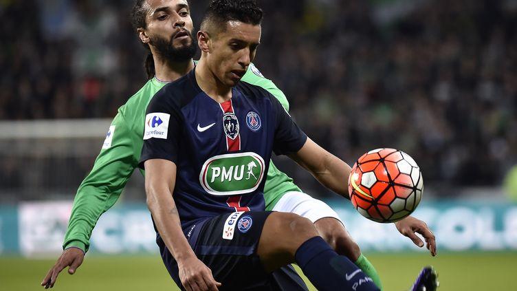 Benoît Assou-Ekotto presse Marquinhos lors de Saint-Etienne-PSG (JEFF PACHOUD / AFP)